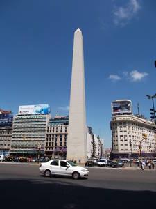 Obelisco. é um monumento localizado na av Corrientes com 9 de julho