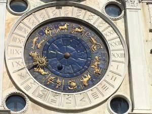 Marca as horas, as fases da lua e os signos do zodíaco